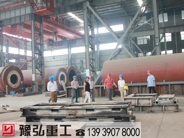 国外客户参观陶粒旋转窑生产车间